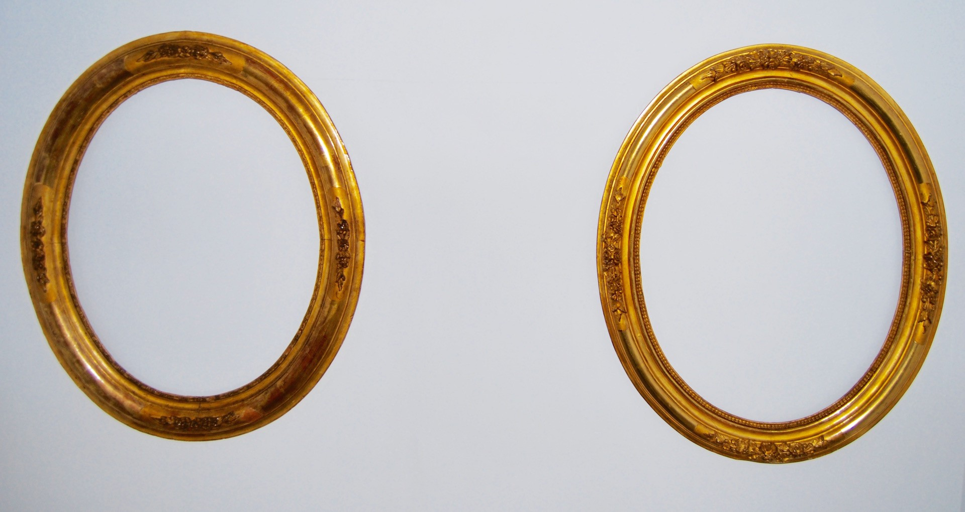 Pair of golden oval frames, 19th century.