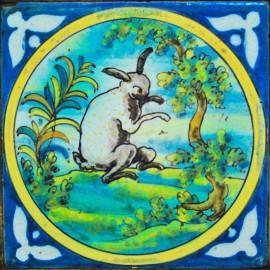 """Azulejo """"Liebre"""", siglo XVIII, Talavera de la Reina."""
