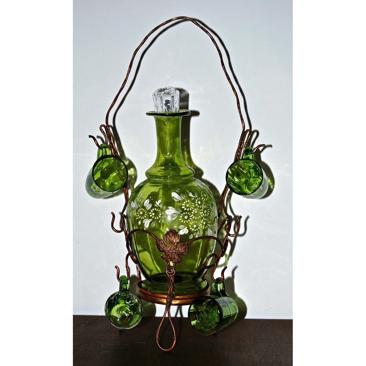 Botella licorera y cuatro vasitos, siglo XIX.