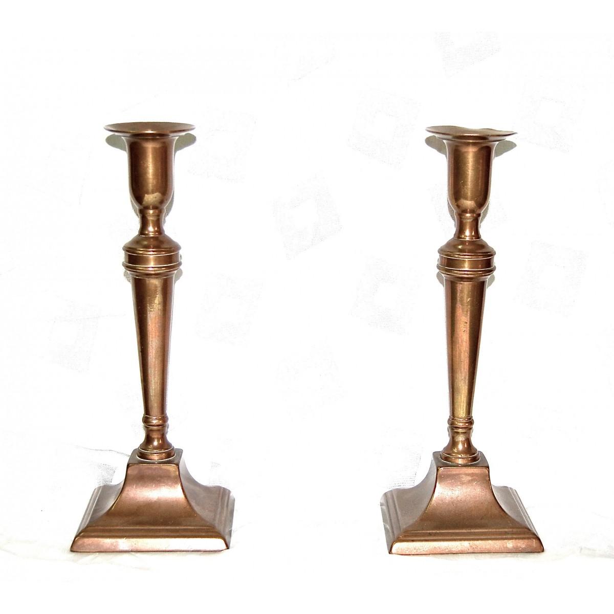 Pareja de candelabros de latón, siglo XIX.