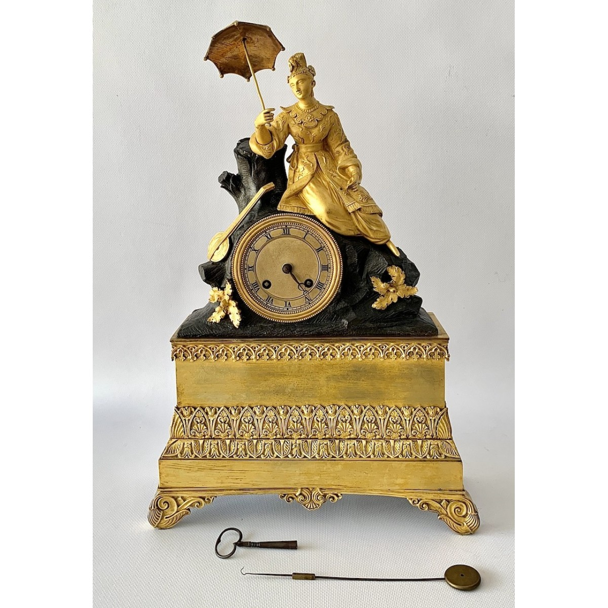 French table pendulum clock, in gilt bronze and green patina, early 19th century empire period.
