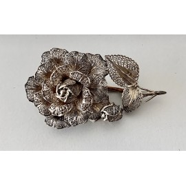 Rose-shaped silver filigree brooch