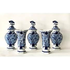 Conjunto de cinco jarrones de cerámica de Delft, siglo XVIII