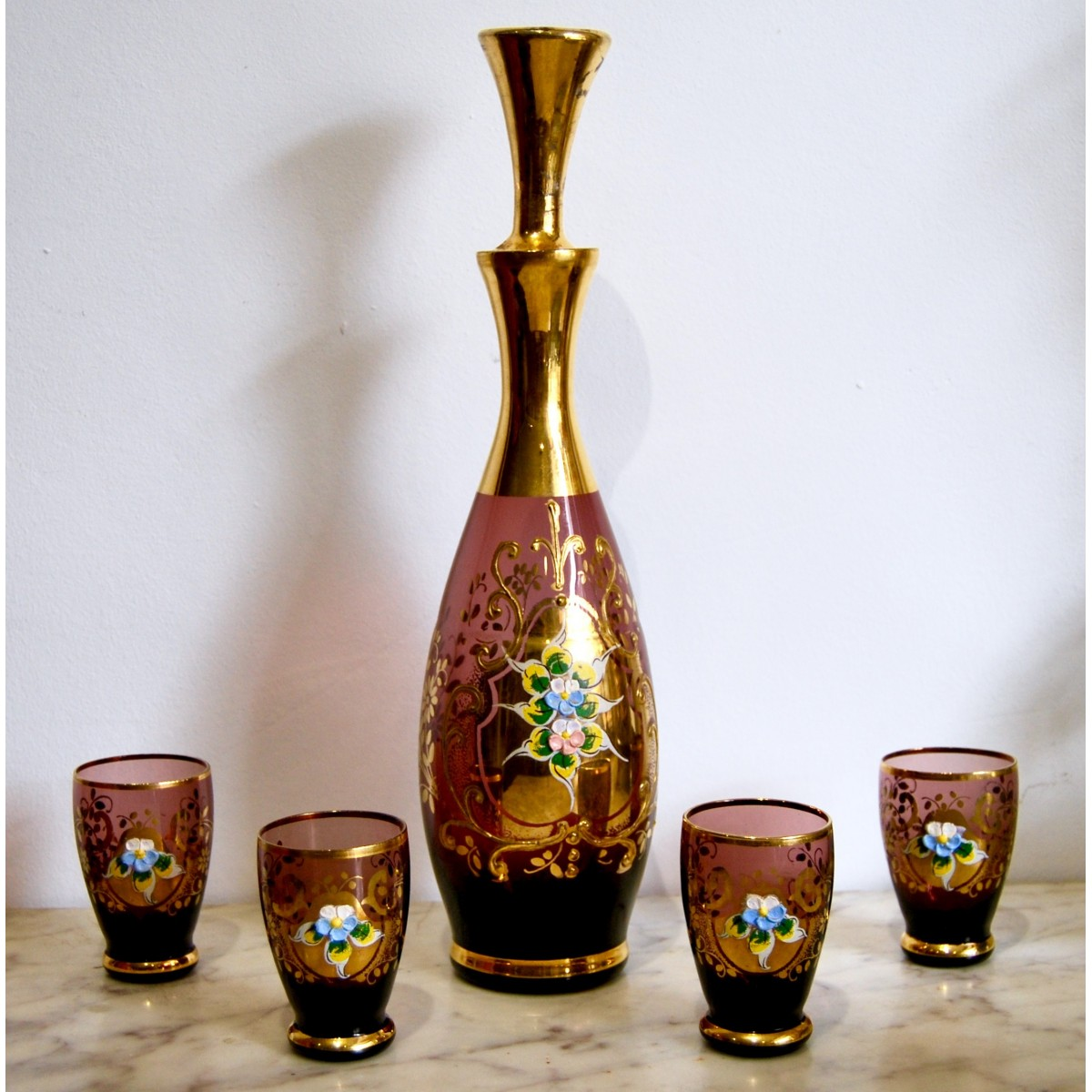 Conjunto, botella y vasos de cristal.